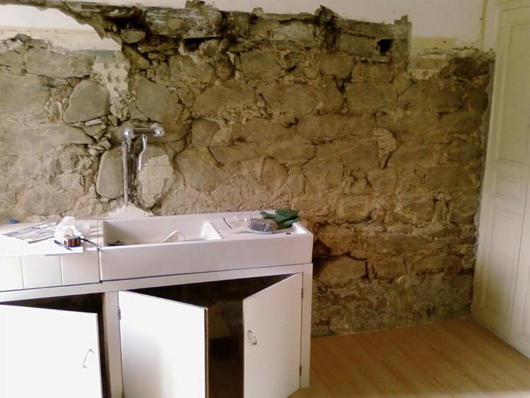 R novation mur en pierre ciment et de chaux veille maison de village - Cuisine avec mur en pierre ...